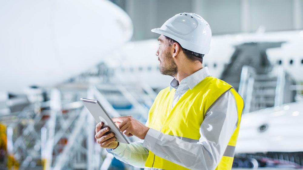 Homme avec une tablette dans une usine
